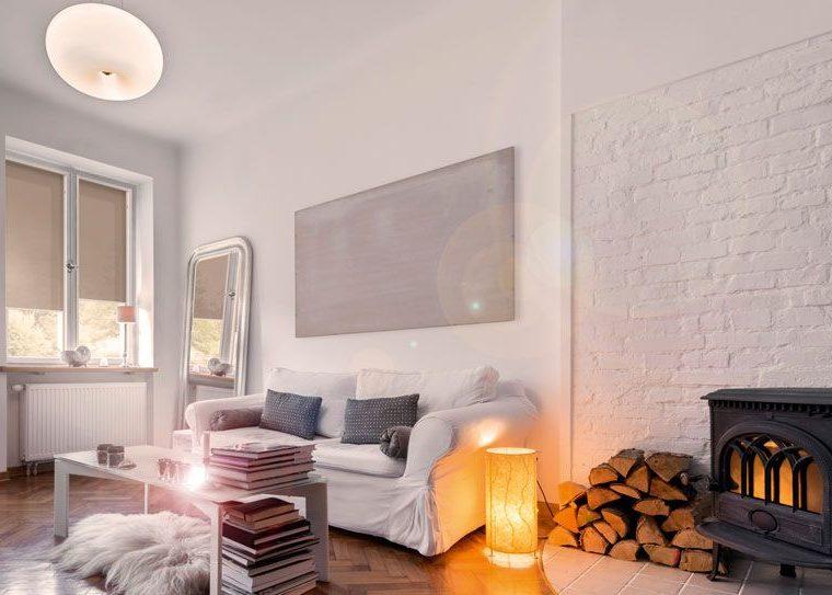 Wohnzimmer mit Rollos als Sichtschutz