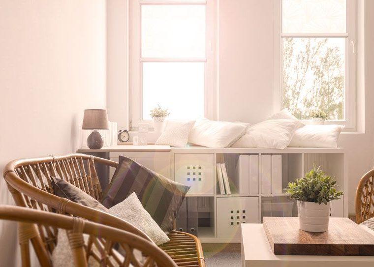 Lichtdurchflutetes Zimmer mit Rollos als Blendschutz