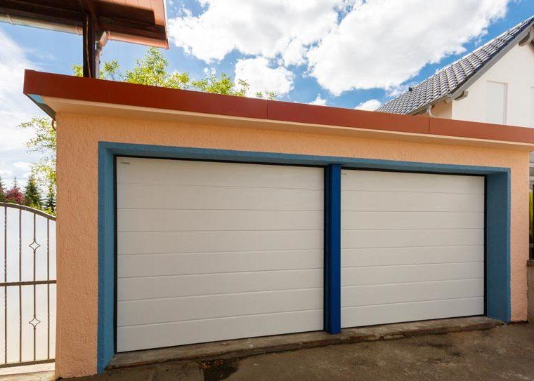 Garagentore in weiß mit blauer Umrandung