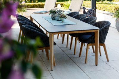Gartentisch mit Gartenstühlen