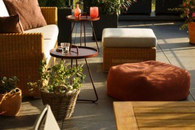 Zusammengestellte Gartenmöbel zur gemütlichen Lounge
