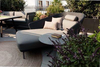 Outdoor-Sessel mit rundem Beistelltisch