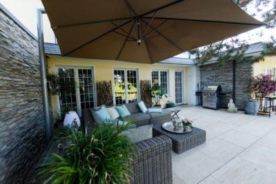 Lounge mit Sonnenschirm
