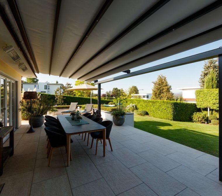 Terrasse mit einer Markise und Blick auf den Garten