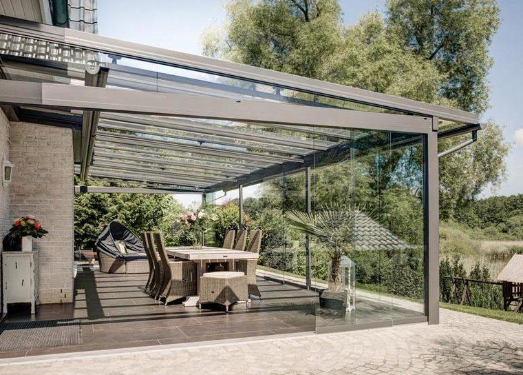 Überdachte Terrasse mit einer Sitzgruppe