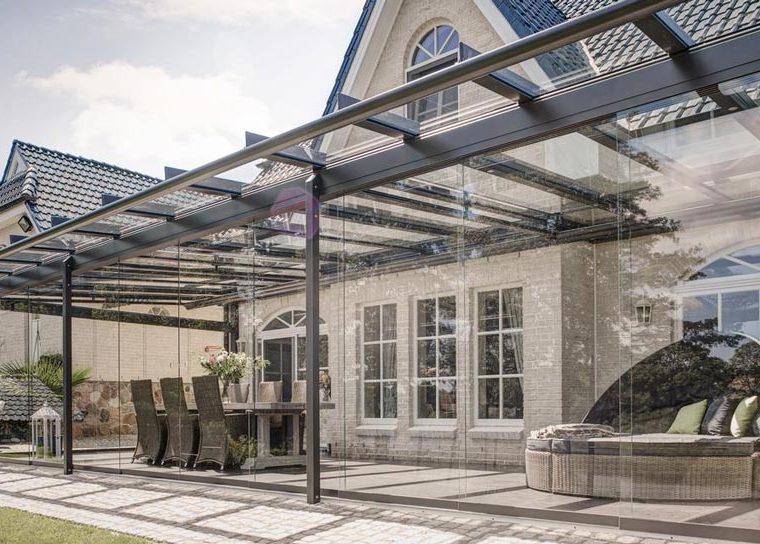 Überdachte Terrasse mit Sitzgruppe und Loungemöbel