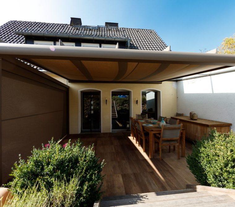 Terrassenüberdachung mit Sonnenschutz-Erweiterung sorgt für Schatten auf der Terrasse