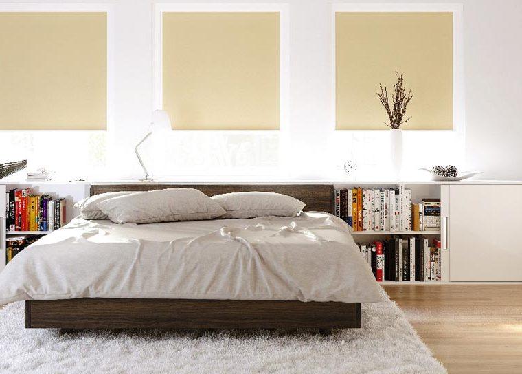 Schlafzimmer mit einem großen Bett und beigen Rollos